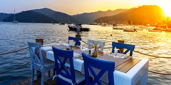Večera na pobreží mora